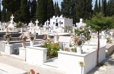 Ζήτησε συγγνώμη ο παπάς που έκανε... τεφτέρια τους τάφους (vid)