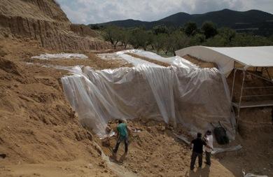 Θωρακίζουν τον τάφο στην Αμφίπολη για προστασία από τα έντονα καιρικά φαινόμενα (pics)