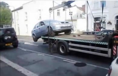 Πήδηξε από τον γερανό της τροχαίας με το αυτοκίνητο! (vid)