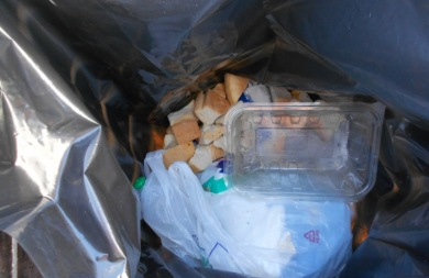 Πέταξαν τα αντίδωρα στα σκουπίδια μετά τη Θεία Λειτουργία - Θλιβερές εικόνες σε ενορία του νομού Ηρακλείου
