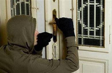 Μπήκε μέσα στο σπίτι για να το διαρρήξει και του έπεσε το κινητό- Συνελήφθησαν οι...ερασιτέχνες!