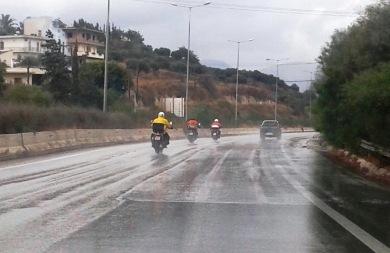 Ηράκλειο: Ατρόμητοι μοτοσικλετιστές μέσα στη βροχή (pic)