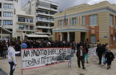 Μετέφεραν τη διαμαρτυρία τους για τον κόμβο Καρτερού στην... Περιφέρεια Κρήτης (pics)