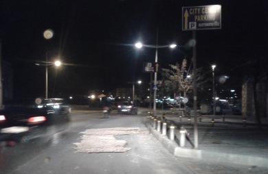 Παραλιακή Ηρακλείου: Δύο τεράστιες λακκούβες στέλνουν τους μοτοσικλετιστές… αδιάβαστους (pic)