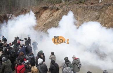 ΜΑΤ εναντίον κατοίκων στις Σκουριές - Πετροπόλεμος και χημικά (vid)