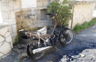 Μηχανάκι στην Αγία Βαρβάρα τυλίχτηκε στις φλόγες! (pics)