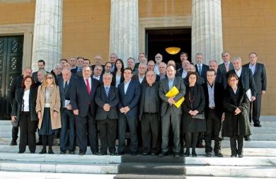 «Οικογενειακή» φωτογραφία έξω από τη Βουλή για το νέο υπουργικό συμβούλιο