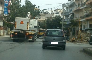 Τα συνεργεία του Δήμου απομάκρυναν το κλαδί που είχε προσγειωθεί σε...αυτοκίνητο (pics)