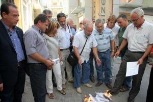 Έκαψαν τελικά τα ειδοποιητήρια κατασχέσεων οι εμποροβιοτέχνες του Ηρακλείου! (pics+vid)